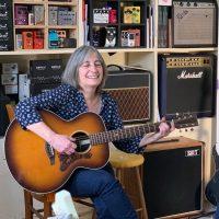 Périne Champagne, une guitariste amateur partage sa passion de la guitare