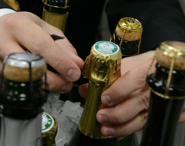 Classe et patience pour déboucher une bouteille de champagne.