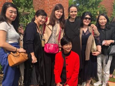 Amélie Nothom, la plus champenoise des Belges, entourée par ses fans japonaises.
