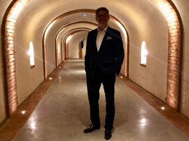 Benoît Gouez dans le couloir menant aux sallesà manger rappellant les caves de Moët & Chandon à Epernay
