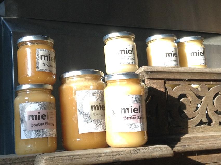 Le miel est disponible en différentes quantité