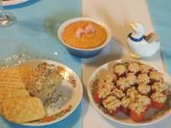 """En amuse-gueules, tarama maison, tomates cerises farcies au saumon et boule de fromage aux amandes (la """"cheese ball"""" américaine)."""