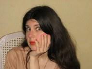 Maquillage simple sur les yeux et rouge à lèvres Vermillon assorti au vernis à ongles