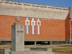 Detalle de fachada de la Casa de Cultura con el busto de Lenin y escudos