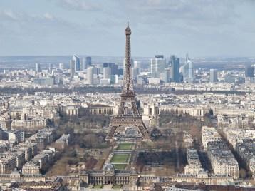 La Torre Eiffel en su contexto actual con las torres (más bajas) de la Défense al fondo.