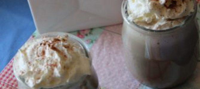 Bebida Caliente de Algarroba con crema batida