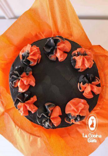 Colorida y esponjosa tarta de halloween