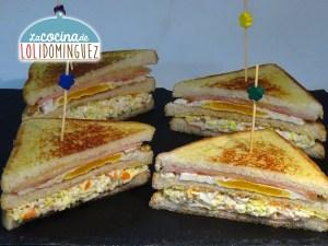 Sándwich combinado de ensaladilla de marisco, huevo, jamón, queso, lechuga, mayonesa. Recetas rápidas, fáciles y deliciosas.