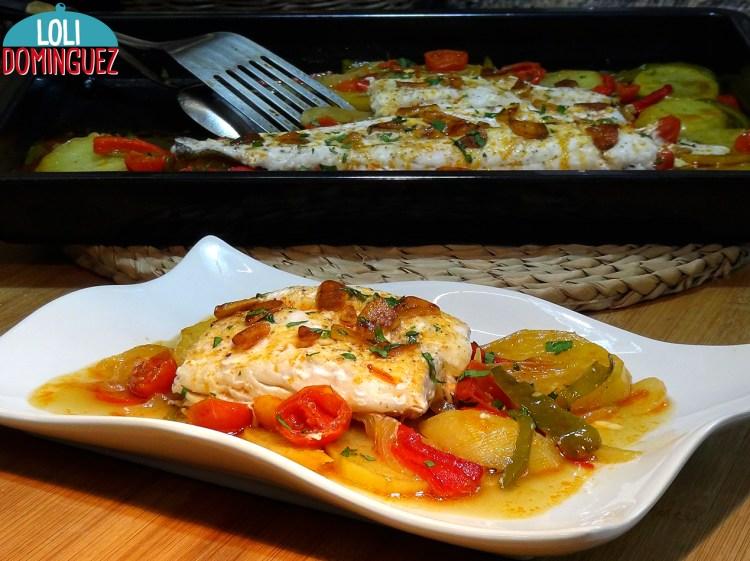 Merluza al horno con patatas y verduras. Muy jugosa y deliciosa para comer o cenar es una idea estupenda y que además se prepara fácilmente