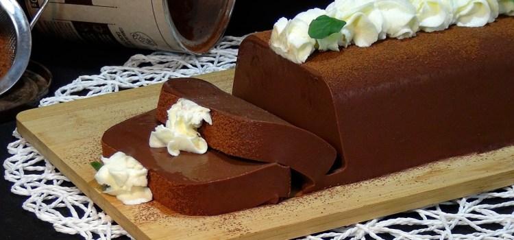 PASTEL CREMOSO DE CHOCOLATE SIN HORNO Y SIN BATIDORA. Una delicia para los amantes del chocolate; Un pastel cremoso, suave y con un sabor intenso a chocolate