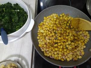 salteado o rehogado de garbanzos con espinacas, champiñones, ajo y bacon o jamón