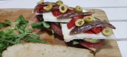Bocadillo de Berenjenas con anchoas, tomate y queso