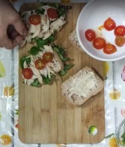 Bocadillo de pollo asado con tomate y mayonesa