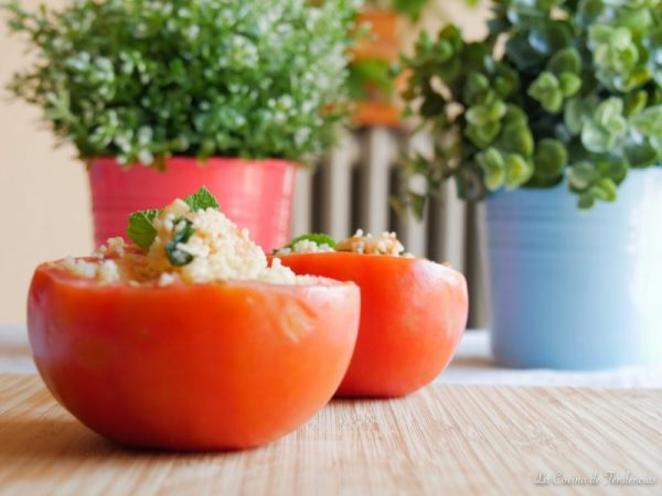 Tomate relleno con cous cous y gambas