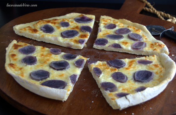 Pizza con papas moradas.