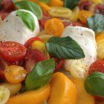 Ensalada de tomate, burrata y melocotón