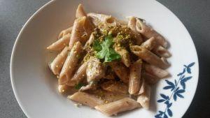 pasta-en-salsa-de-queso-pistachos-champiñones