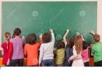 drgroup-del-en-del-dibujo-de-nueve-alumnos-en-la-pizarra-de-la-escuela-con-tizas-49912150.jpg