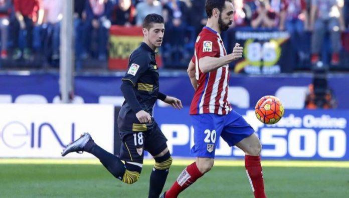 Escudero persigue el balón ante Juanfran | Imagen: Sevilla FC