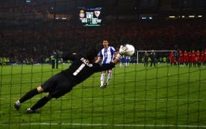 Palop deteniendo el penalti que lanzó Marc Torrejón | Imagen: Shaun Botterill / Getty Images