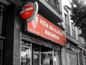 La Peña Sevillista Macarena se encuentra en la calle Feria nº 152 / Imagen: Carmen Villegas