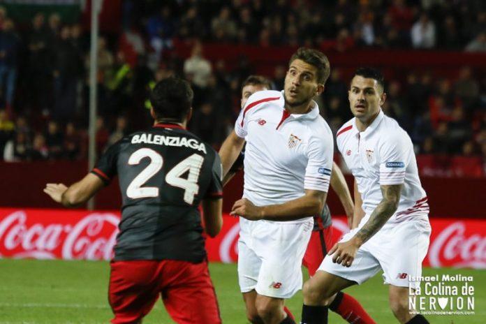 Carriço pugna por un balón en el partido contra el Athletic|Imagen: Ismael Molina