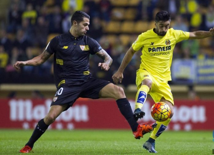 Vitolo intenta hacerse con el balón en el encuentro de ida en el Madrigal |Imagen: Sevilla FC