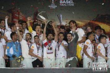 Coke levanta la Europa League conseguida en Basilea | Imagen: Ismael Molina
