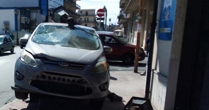 Incidente a Siderno, auto contro palo illuminazione pubblica
