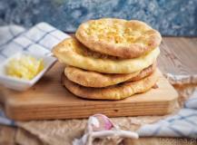 Placki drożdżowe z masłem i czosnkiem
