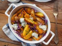 Zapiekane ziemniaki z czerwoną kapustą z sosem jogurtowym