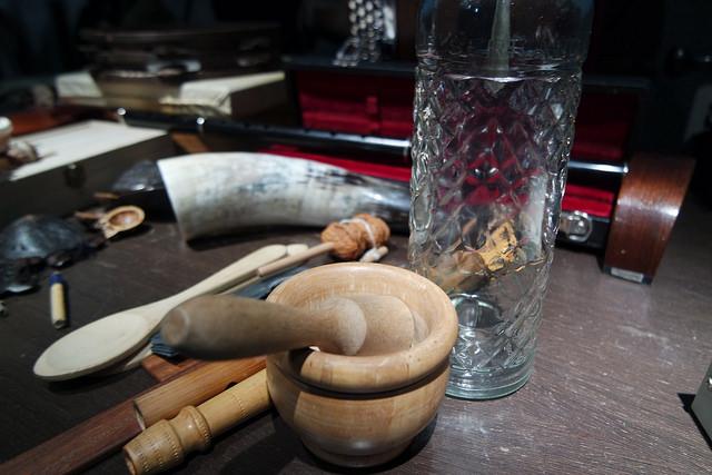 Mortero y cucharas de madera