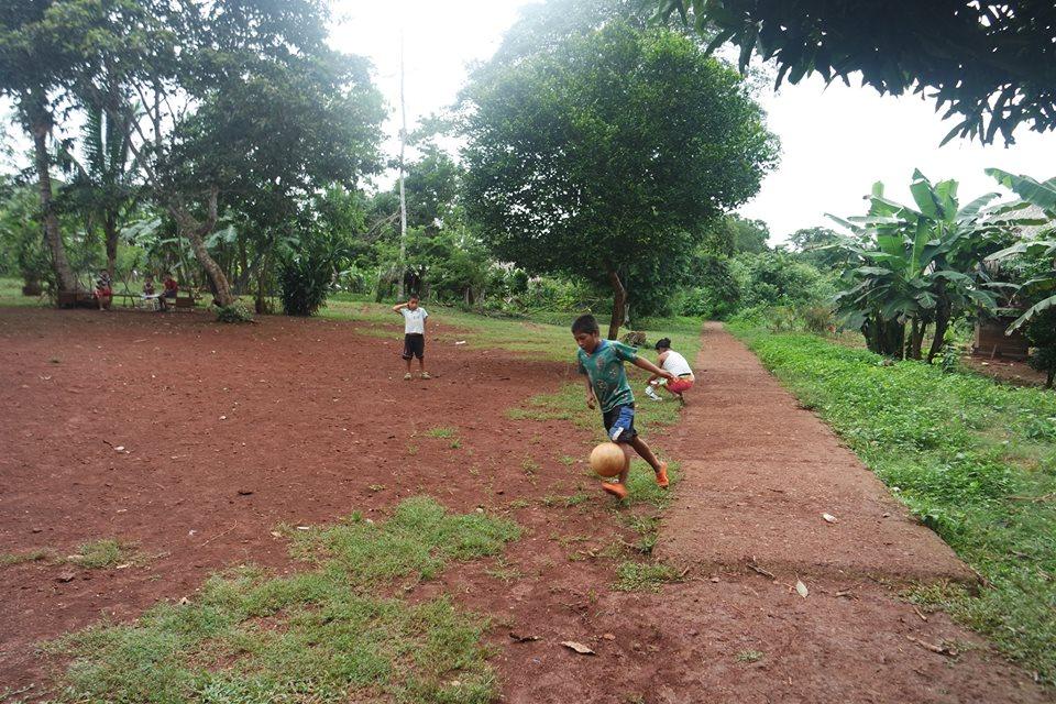 Niños jugando a la pelota, Mogue