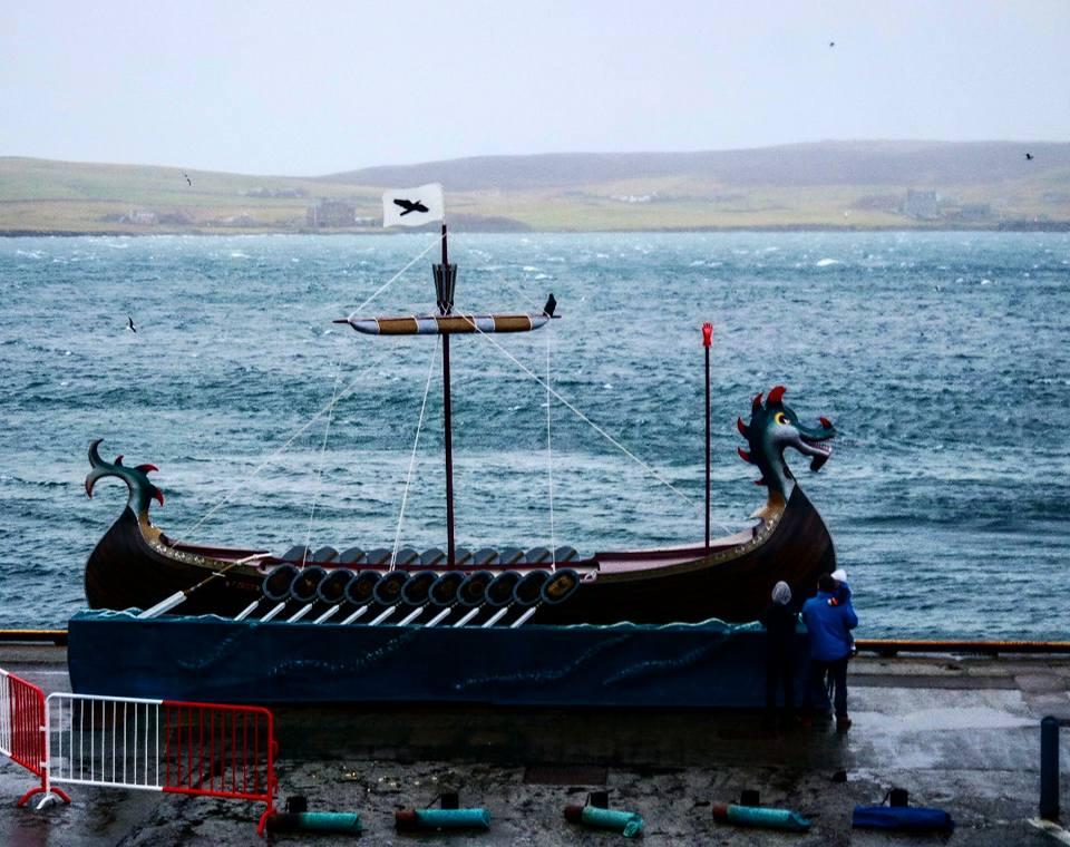Barco vikingo en el puerto de Lerwick, Up Helly Aa