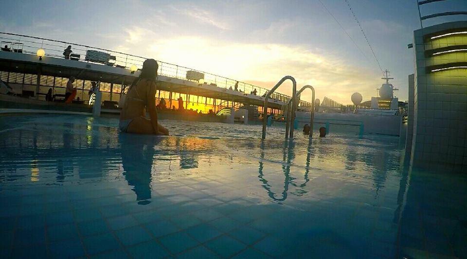 Baño en la piscina al atardecer, de crucero por el Caribe