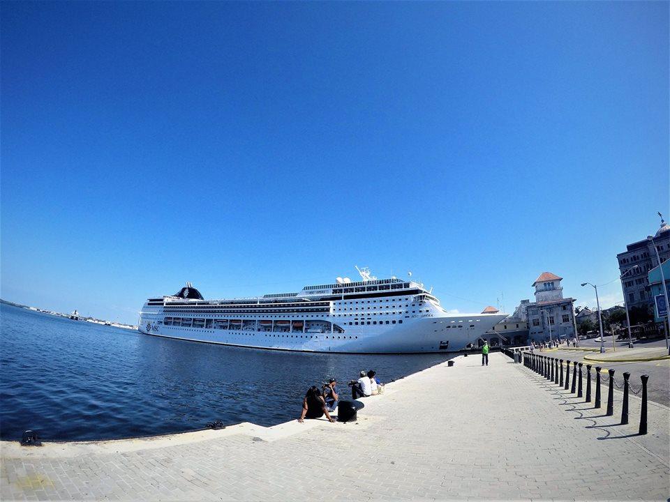 Crucero atracado en La Habana
