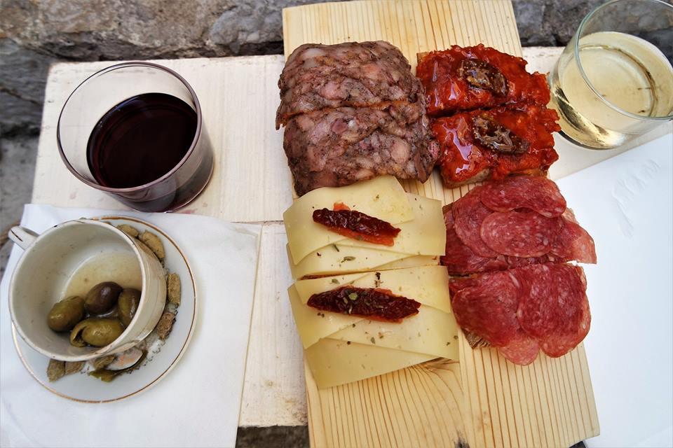 Tostas de embutido típico de Mallorca, taberna QuitaPenas en Valldemosa