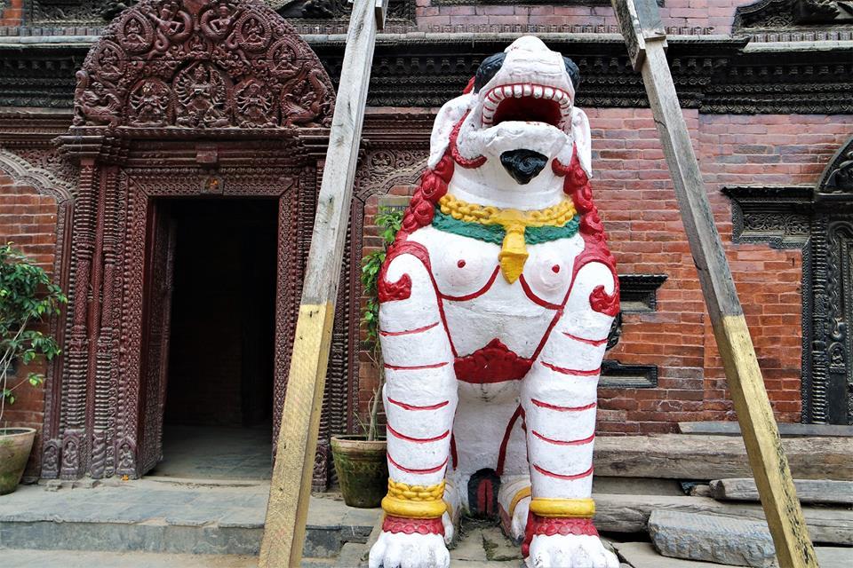 Templo apuntalado, plaza Durbar de Katmandú. Nepal después del terremoto