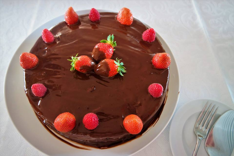 Tarta de chocolate, fresas y frambuesas