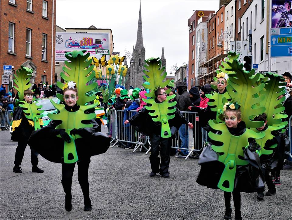 Niños en el desfile de San Patricio en Dublín