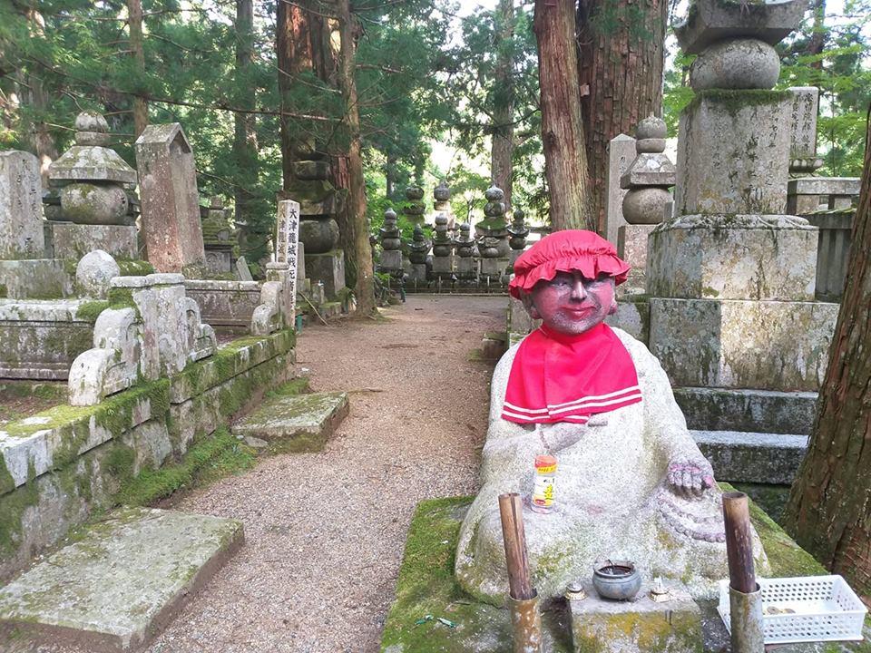 Cementerio de Okuno, estupas