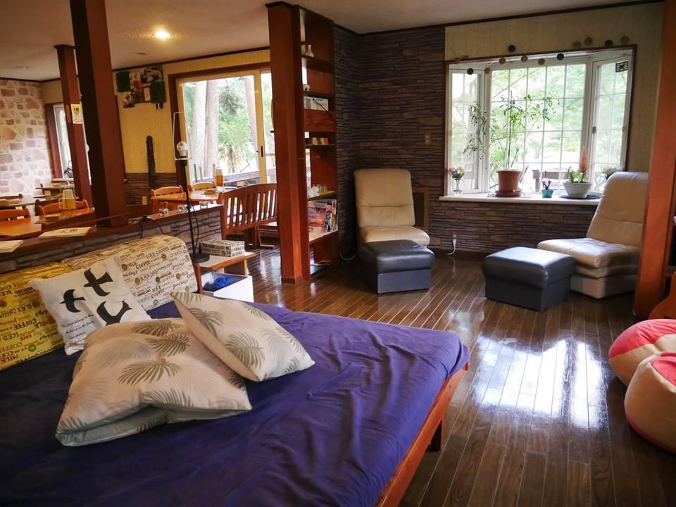 Salón del hostel, alojamiento en el monte Fuji