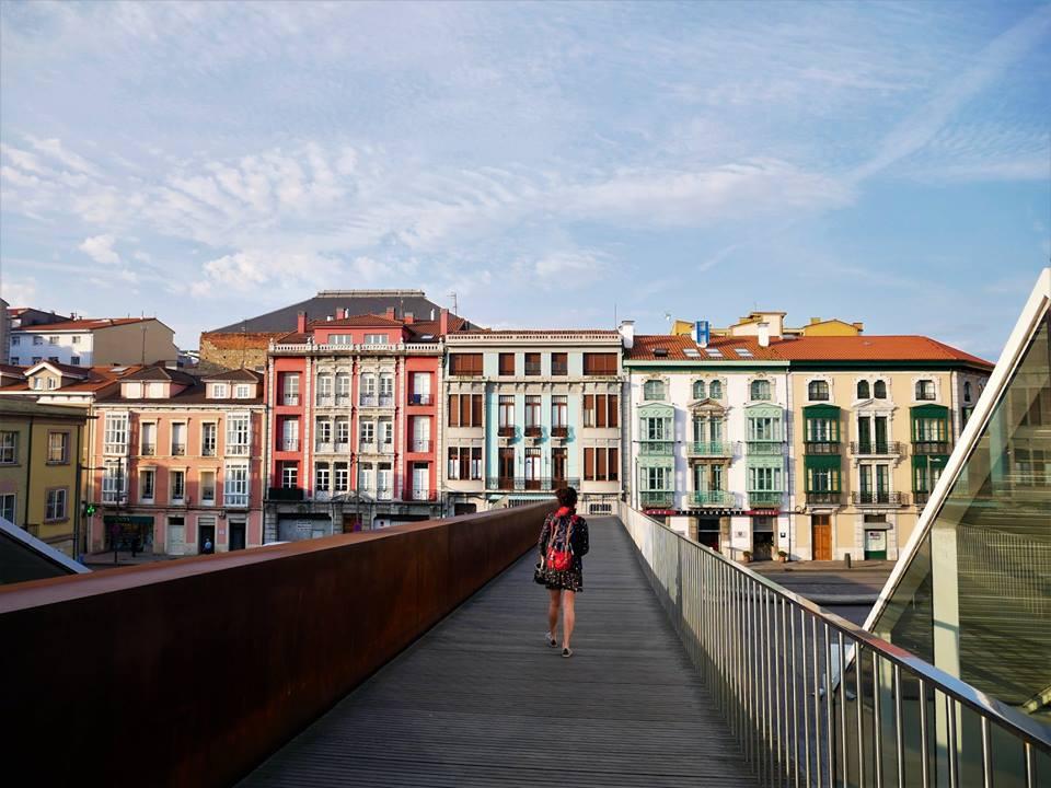 Pasarela entre el casco histórico de Avilés y el Niemeyer