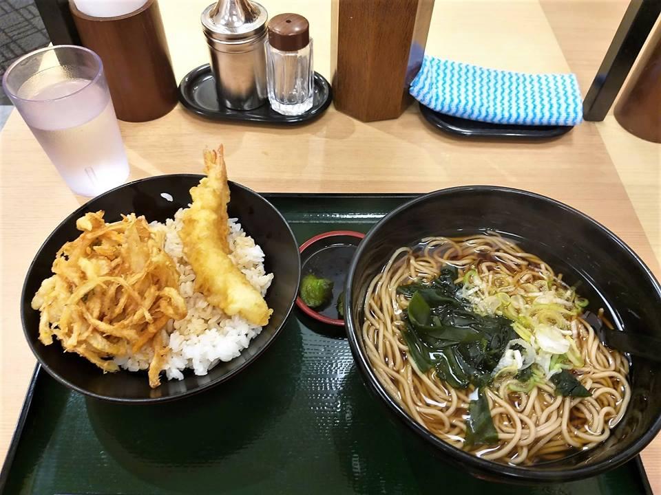 Plato de sopa y tempura con arroz