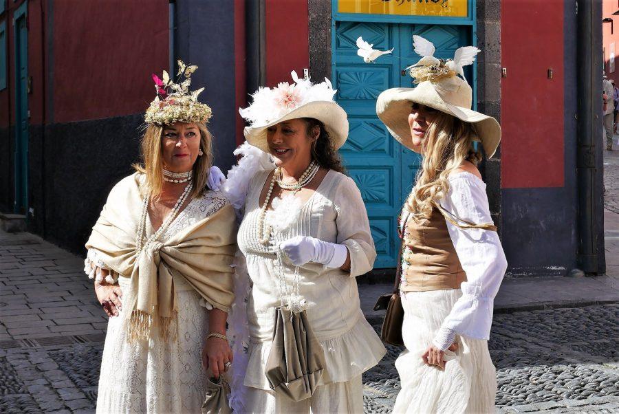 Señoras vestidas de Indianos