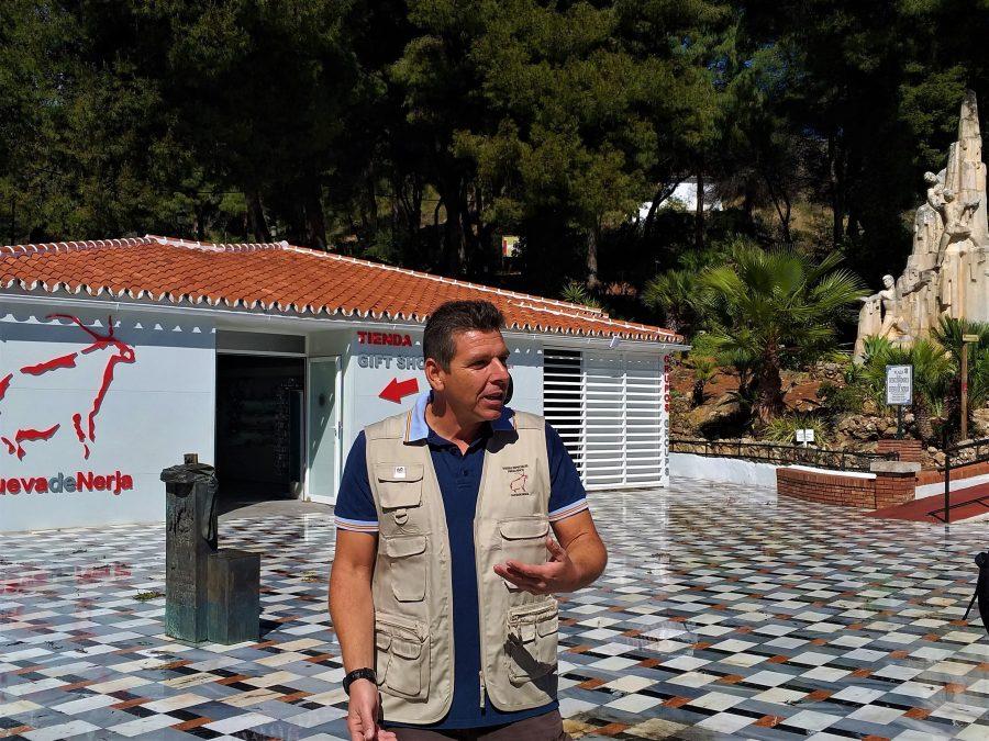 Visitar la Cueva de Nerja con Tito de Verano Azul