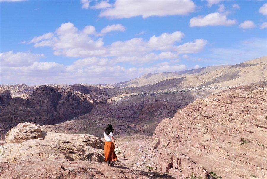 Vistas a Bedouin Village desde el lugar del sacrificio en Petra