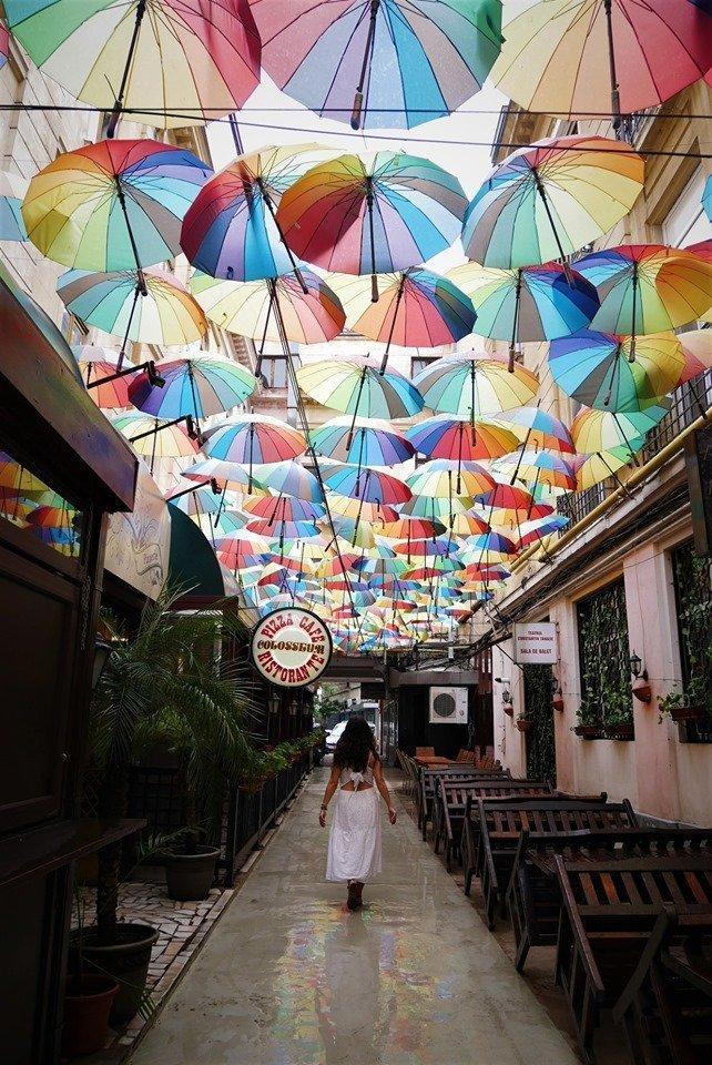 Pasajul Victoria, la calle de los paraguas de colores de Bucarest