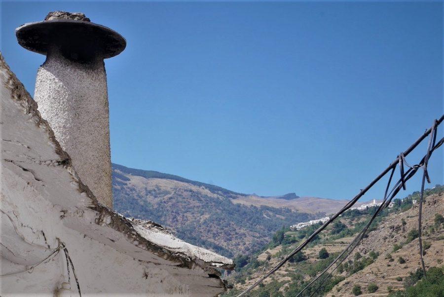 El pico del Veleta y chimeneas típicas de la Alpujarra