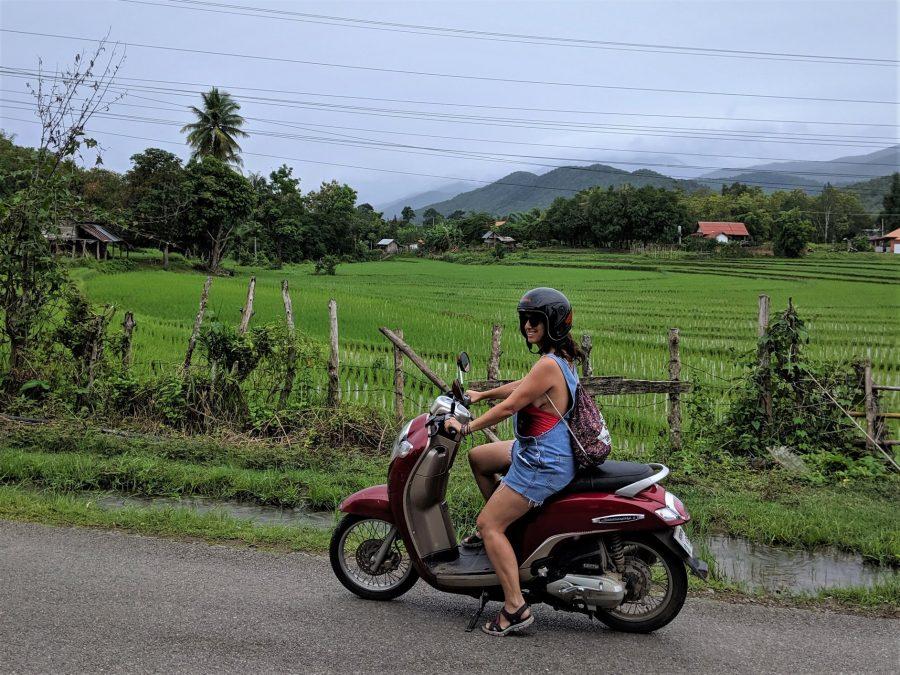 En moto por los alrededores de Luang Prabang